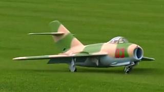 MiG-15涡喷模型飞机飞行表演