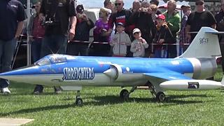 三架不同涂装的F-104涡喷模型飞机飞行表演