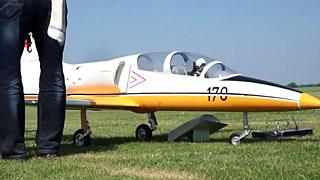 黄白色涂装L-39涡喷模型飞机飞行表演