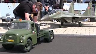 带拖车的米格29涡喷模型飞机飞行表演