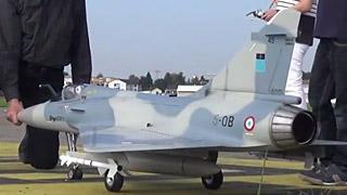 真实副油箱的Mirage2000涡喷模型飞机飞行表演