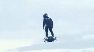 涡喷飞行滑板飞行表演